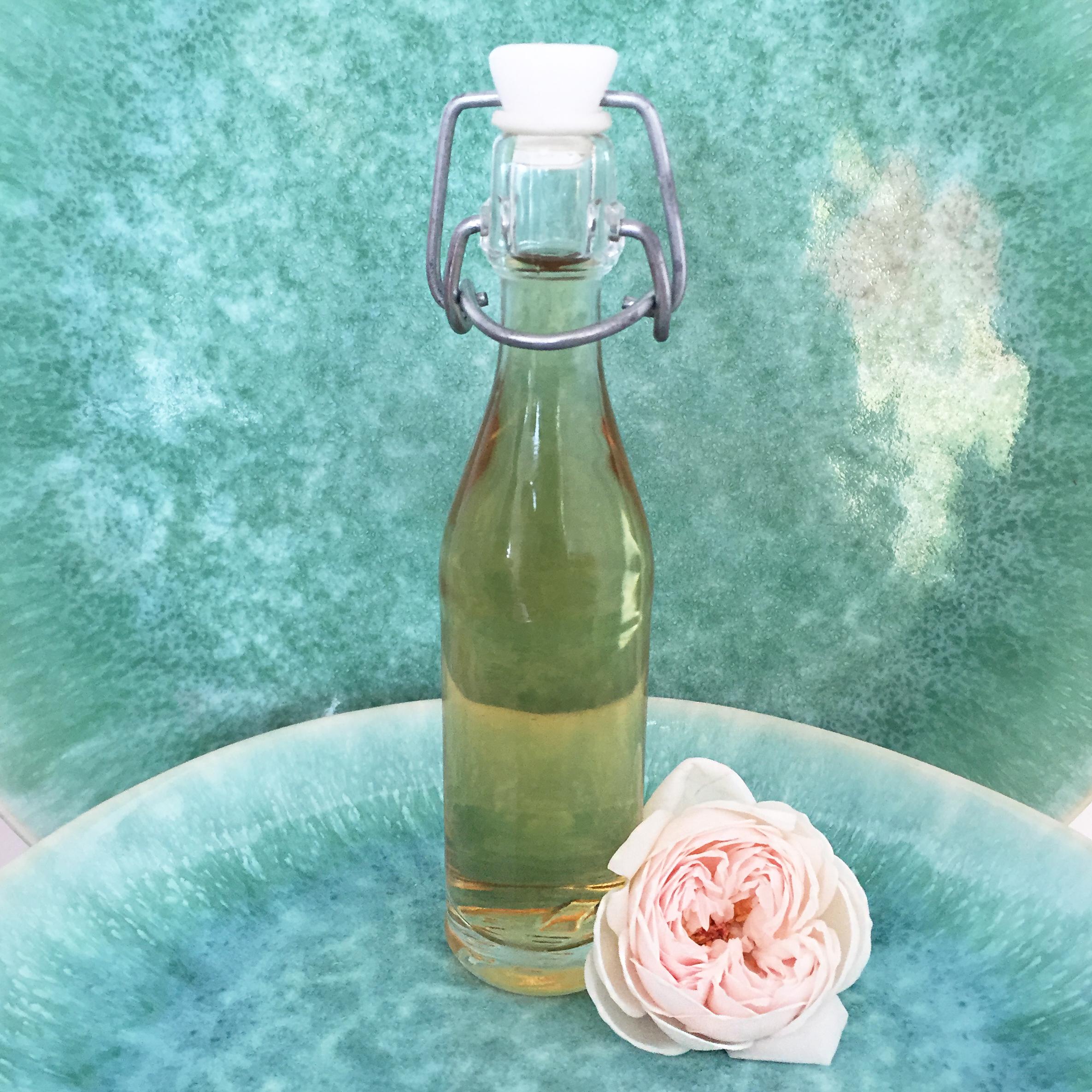 Eau de rose maison 100% naturelle DIY- http://homesweetambre.com/