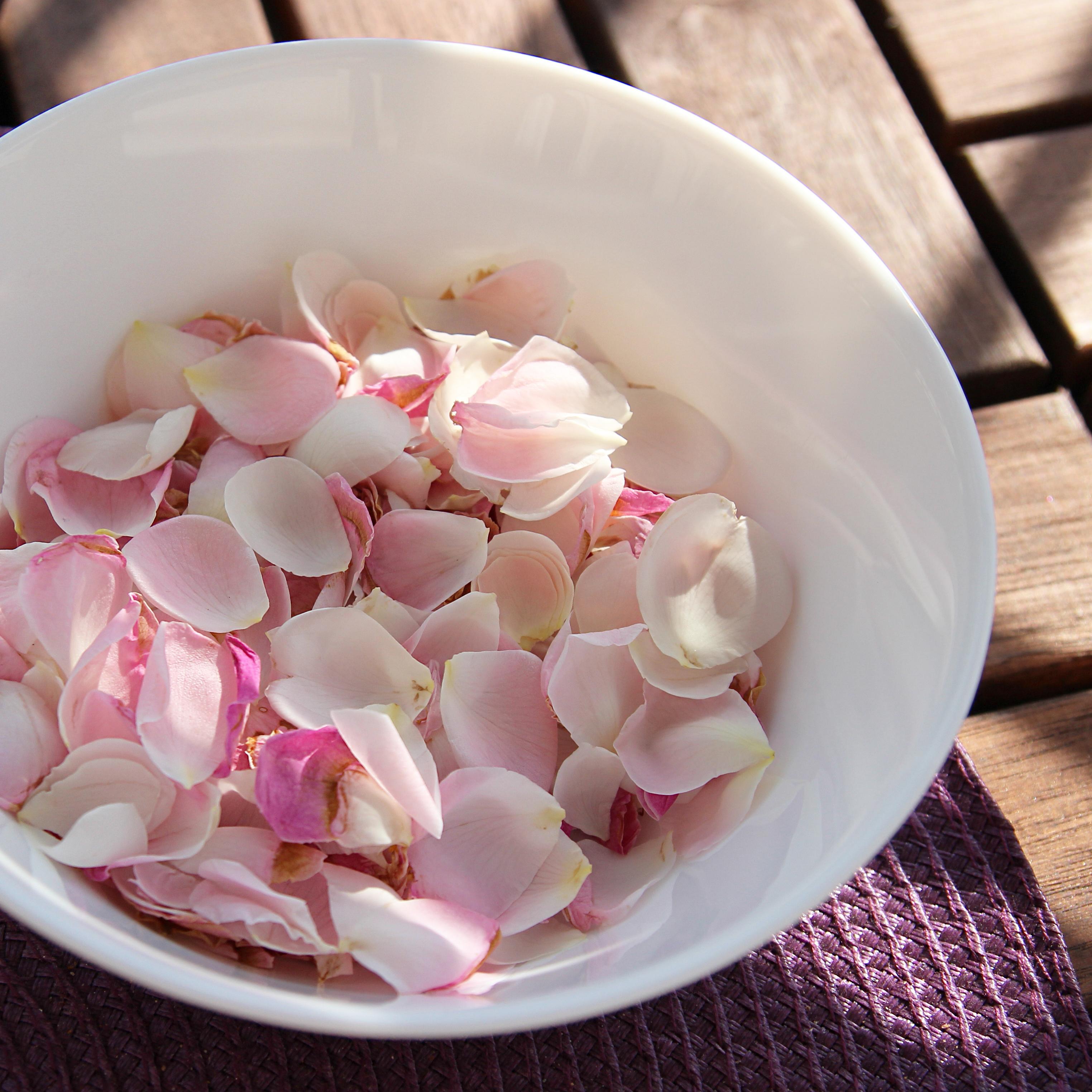 coupelle de pétales de rose - http://homesweetambre.com/