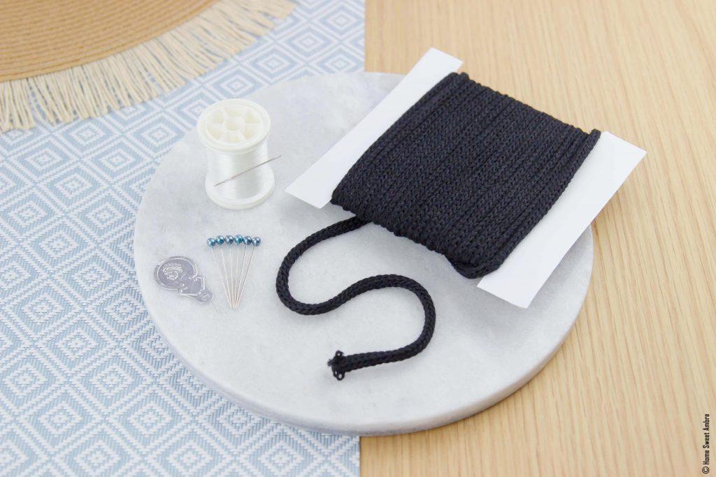 Matériel pour customiser un chapeau avec un mot en tricotin