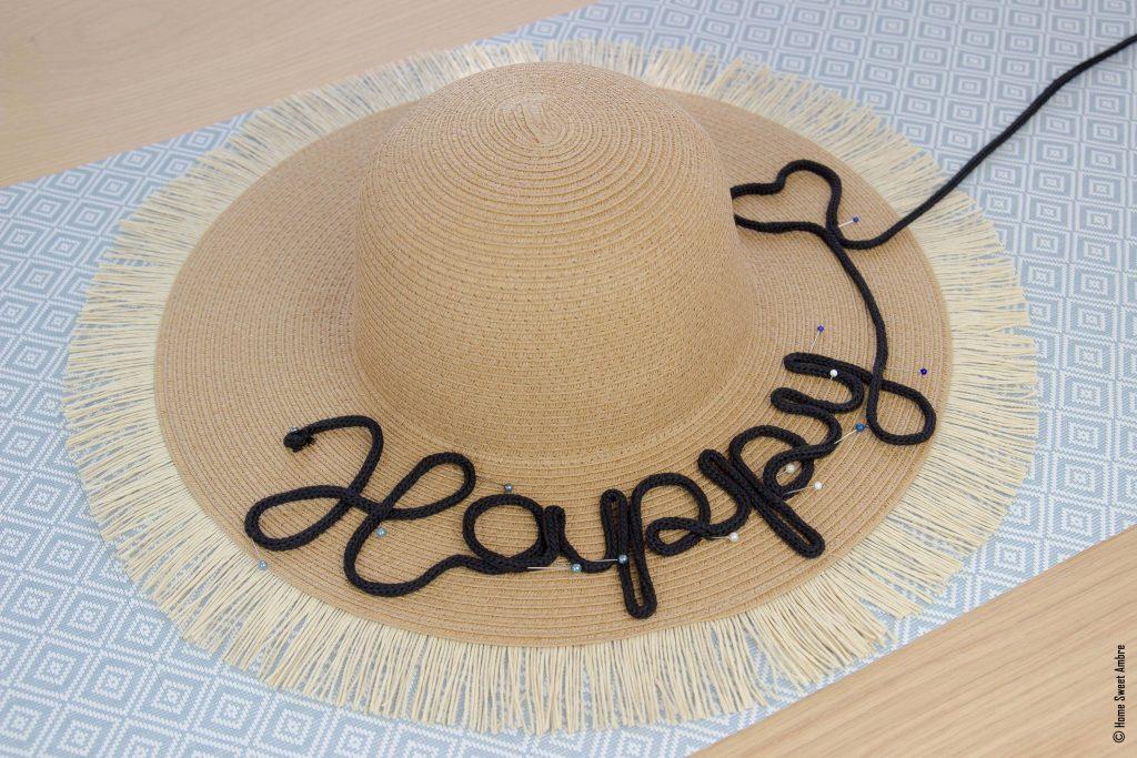 Customiser un chapeau avec un mot en tricotin - épingler le mot