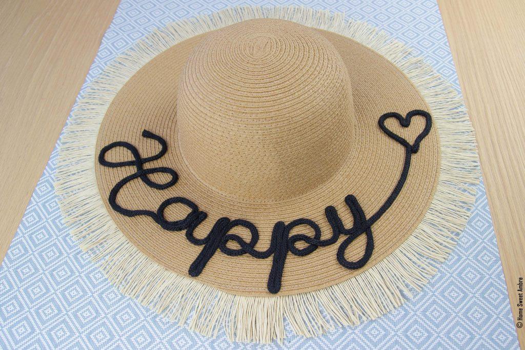 Customiser un chapeau avec un mot en tricotin - résultat fini