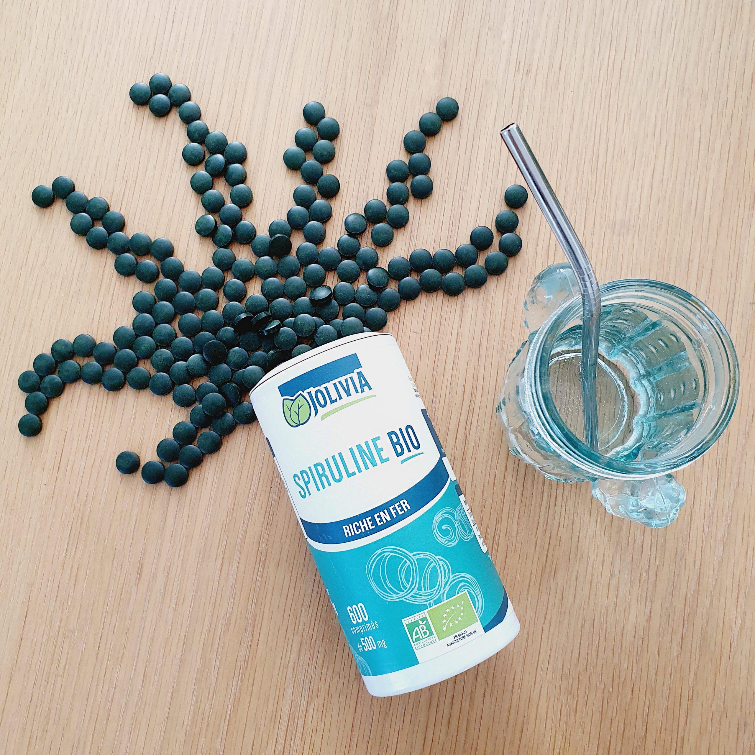 spiruline jolivia en comprimé disposés de manière à ressembler à une algue